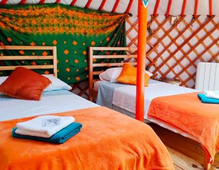 yurta-interior-con-camas-solterreno-baja