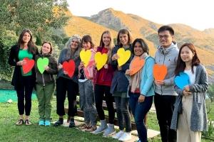 grupo con corazones en solterreno
