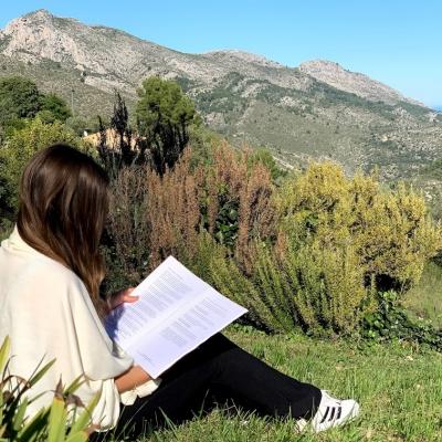mujer leyendo en solterreno
